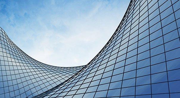 La vetrata curva di un palazzo